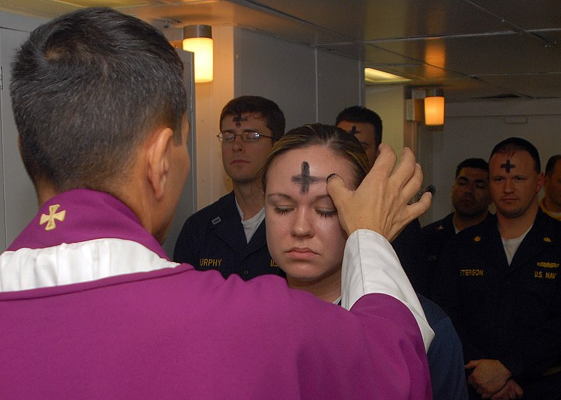 Soubor:US Navy 080206-N-7869M-057 Electronics Technician 3rd Class Leila Tardieu receives the sacramental ashes during an Ash Wednesday celebration.jpg