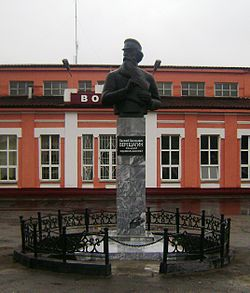 Monument to war artist Vasily Vereshchagin, for whom the town was named, on the station square