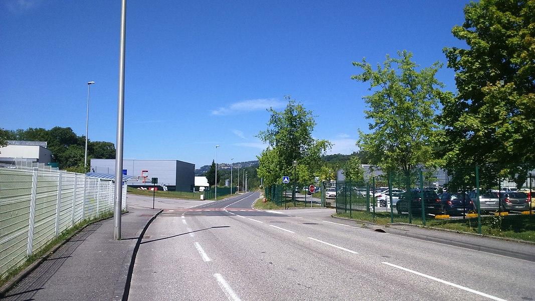 Le parc d'activités économiques des Combaruches au nord-est d'Aix-les-Bains (vue direction nord).
