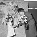 Zesjarige inwoonster Ana Kolotai terwijl ze de koningin een hand geeft, Bestanddeelnr 918-4525.jpg