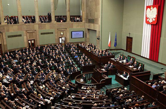 Польская правящая партия сохраняет лидерство