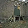 Zicht op laadperron met vierkante waterafvoerpijp - Veenhuizen - 20386321 - RCE.jpg