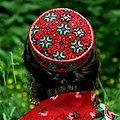 Ваханская тюбетейка на голове ваханки.jpg