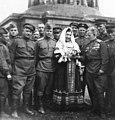 Лидия Русланова и военнослужащие Красной армии в Берлине.jpg