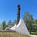 На высокой рельефной колонне находится бюст космонавта Комарова В.М., выполненные из бронзы, тонированные в чёрный цвет.jpg