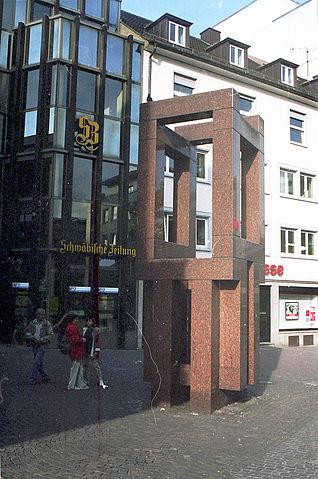 Памятник в Ульме на месте дома, где родился Эйнштейн