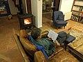 איש ליד האח, מתחמם מהחורף הישראלי תוך קריאת ספר ושתיית משקה חם - פעילות הוגה טיפוסית.jpg