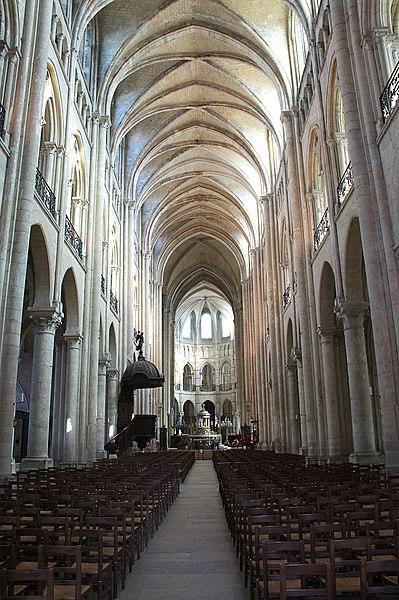 Nef et chœur de la cathédrale Notre-Dame de Noyon (Oise, France).