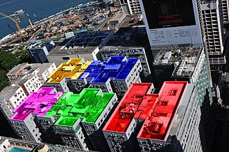 Chungking Mansions - Aerial view of Chungking Mansions. Roof colours added:  A—red, B—green, C—purple, D—blue, E—yellow. Nathan Road is on the far right side.