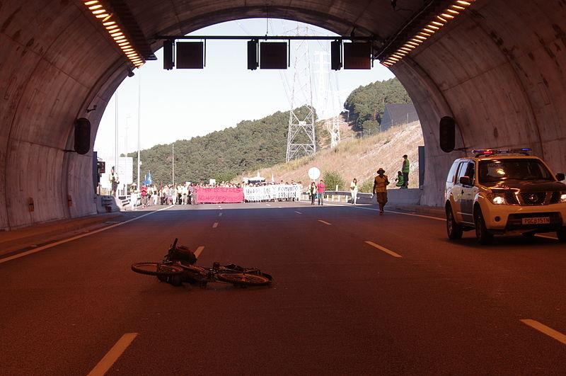 File:15M Marcha por el túnel de Guadarrama 007.JPG