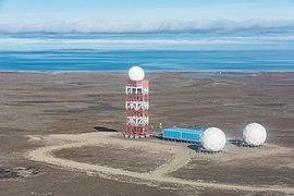 2015-09-06 02 Non-directional beacon at Gjoa Haven Airport (YHK).jpg