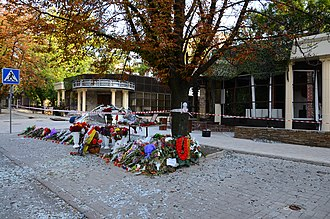 "Alexander Zakharchenko - Café ""Separ"" after the explosion, with a temporary memorial to Zakharchenko"