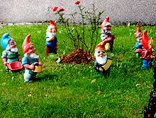 https://upload.wikimedia.org/wikipedia/commons/thumb/d/d0/7_garden_gnomes.jpg/220px-7_garden_gnomes.jpg