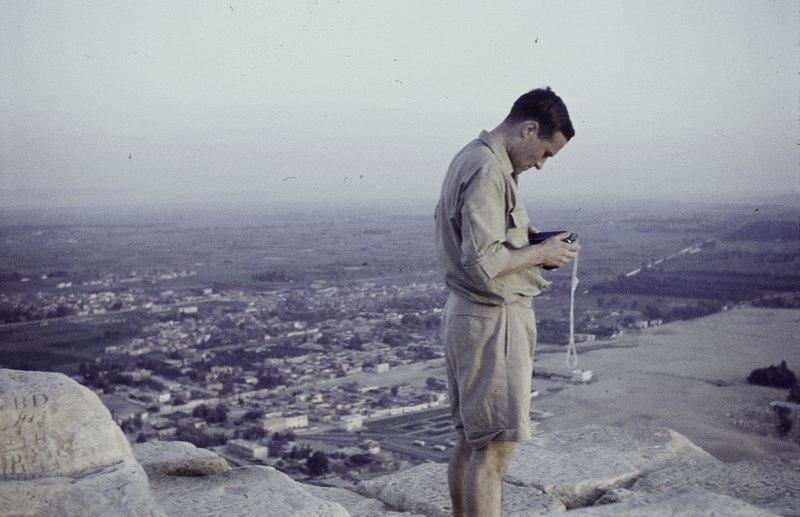 File:ASC Leiden - NSAG - van Dis 1 - 005 - A Dutch student is checking his photocamera - Pyramids of Giza, Egypt - 06-11M-1961.tif