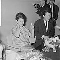 Aankomst Anneke Gronloh uit Djakarta op Schiphol, Anneke met echtgenoot, Bestanddeelnr 917-3271.jpg