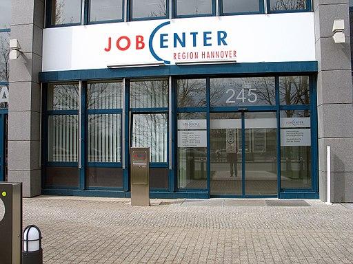 Agentur für Arbeit Hannover und der Region Hannover, Jobcenter Region Hannover, Vahrenwalder Straße 245, 30179 Hannover, Schriftzug über dem Eingang, mittwochs geschlossen