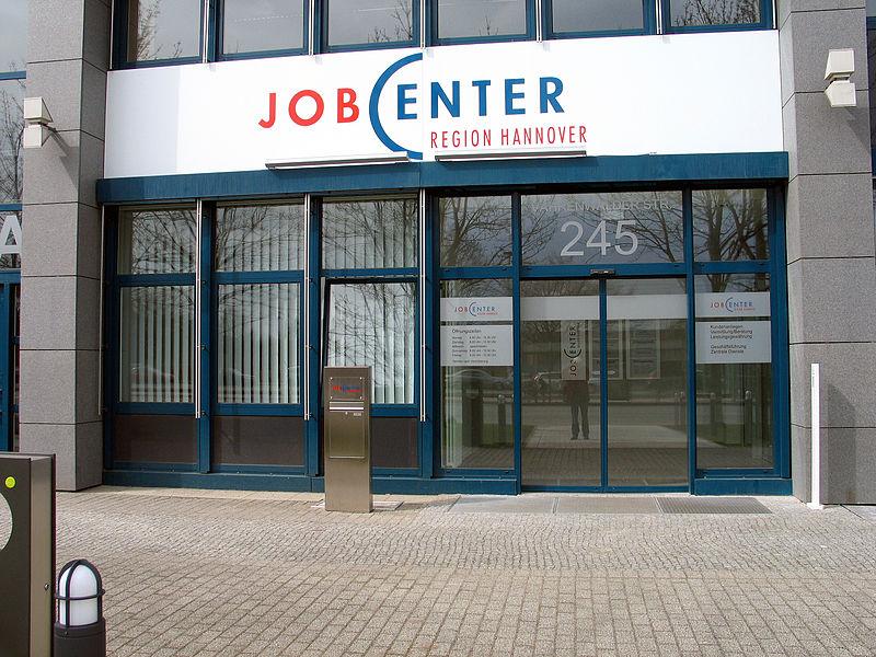 File:Agentur für Arbeit Hannover und der Region Hannover, Jobcenter Region Hannover, Vahrenwalder Straße 245, 30179 Hannover, Schriftzug über dem Eingang, mittwochs geschlossen.jpg