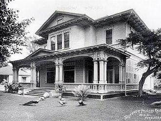 ʻĀinahau - Princess Kaʻiulani's residence at ʻĀinahau with the peacocks on the lawn. The house was built in 1897 to celebrate Kaʻiulani's return from Europe.