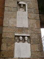 Due lapidi di epoca romana sulla facciata interna della porta - Amazon porta nuova ...