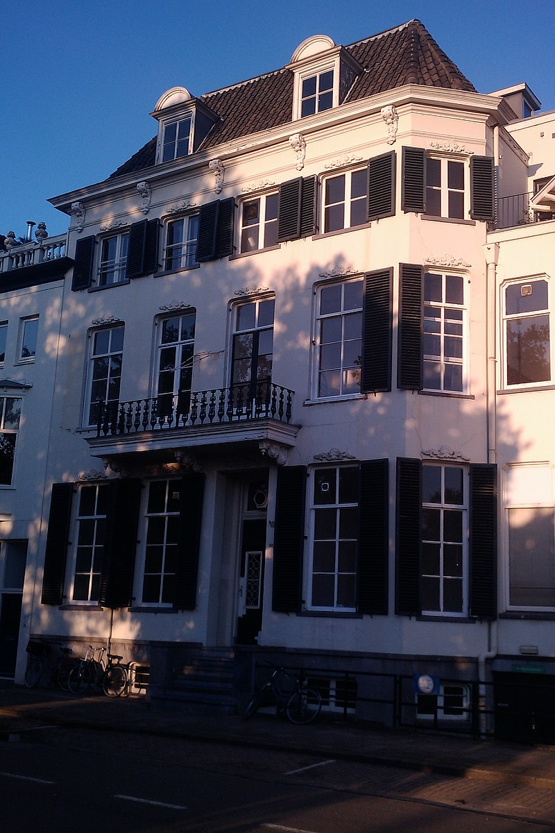 Hoog singelhuis met witgepleisterde gevel in arnhem for Kamerverhuur rotterdam