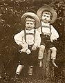 August Kotzsch - Bildnis zweier Knaben um 1900 (retuschiert).jpg