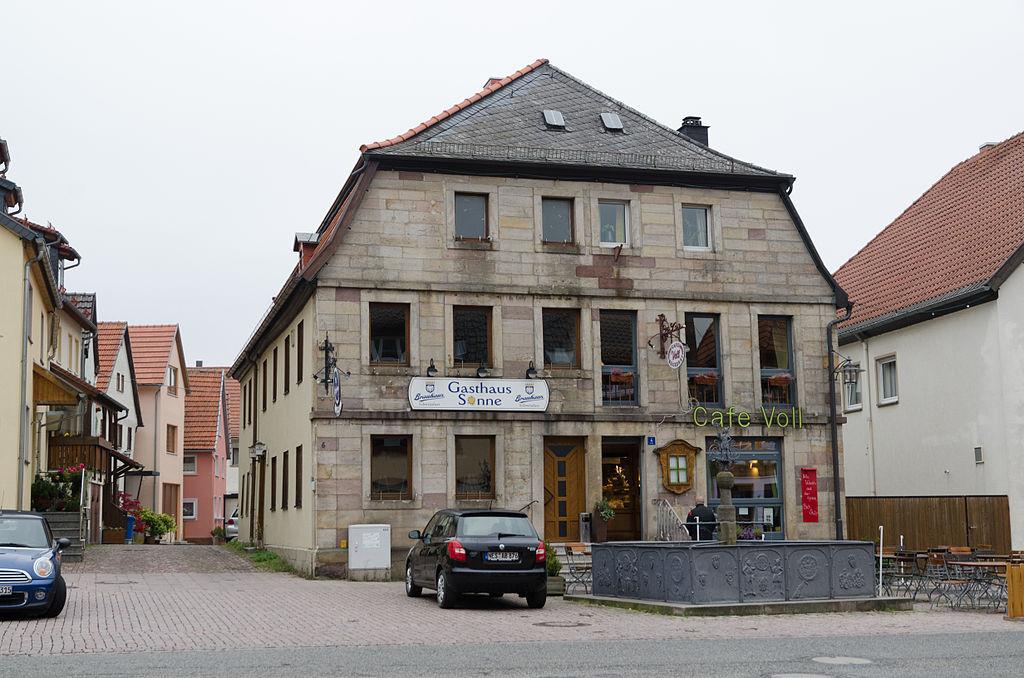 1024px-Bischofsheim_an_der_Rh%C3%B6n%2C_Marktplatz_4%2C_6-001.jpg
