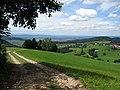 Blick übers Katzental mit Schönberg (links) und Illenberg (rechts), im Hintergrund Freiburg und der.jpg