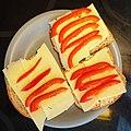 Brødskiver med ost og paprika.jpg