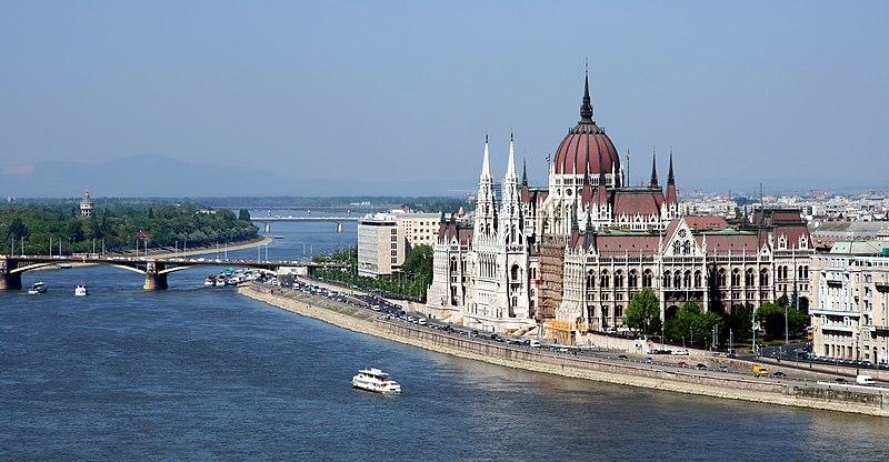 Le Parlement de Budapest au bord du Danube - Photo de user:AngMoKio