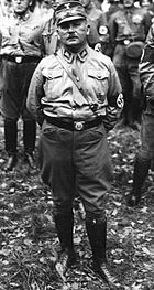 Photographie en noir et blanc d'Ernst Röhm, debout et en uniforme, en 1934
