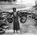 COLLECTIE TROPENMUSEUM Een Timorees meisje vervoert water in emmers van lontarbladen TMnr 10002917.jpg
