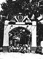 COLLECTIE TROPENMUSEUM Een door Javanen opgerichte Erepoort in een Javaanse kampong te Pekalongan. TMnr 60019865.jpg