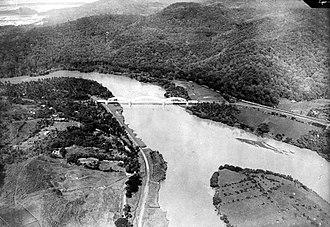 Serayu River - Image: COLLECTIE TROPENMUSEUM Een luchtfoto van de spoorbrug over de rivier Serajoe Midden Java T Mnr 10007525