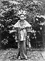 COLLECTIE TROPENMUSEUM Een meisje in Minangkabause feestkleding Padang West-Sumatra TMnr 10002803.jpg