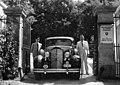 Carl Lutz a bicskei hegyikastély bejáratánál kocsijával és sofőrjével 1944 nyarán. Fortepan 105640.jpg