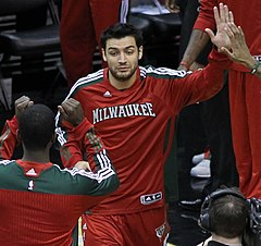 Delfino w barwach Milwaukee Bucks.