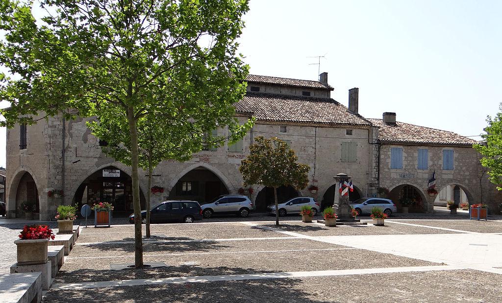 File castelsagrat maisons entourant la place de la - La maison de la place saignon ...