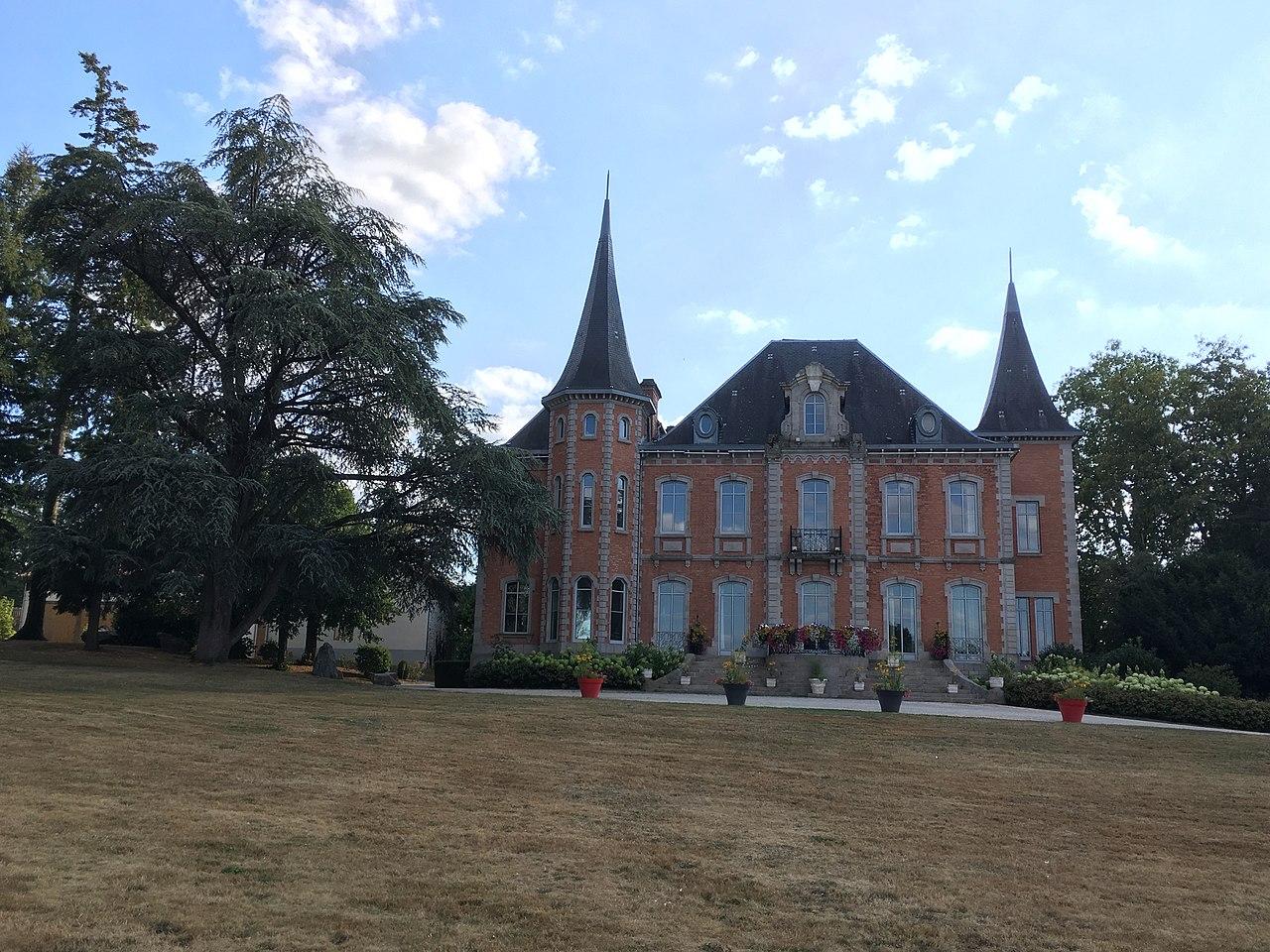 Le Château du Boucheron, mairie de Bosmie-l'Aiguille.