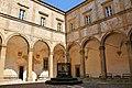 Chiostro dell'Abbazia dei Santi Giusto e Clemente a Volterra.jpg
