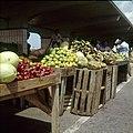 Collectie Nationaal Museum van Wereldculturen TM-20029533 Kraam op een groenten- en fruitmarkt Aruba Boy Lawson (Fotograaf).jpg