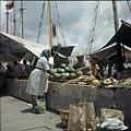 Collectie Nationaal Museum van Wereldculturen TM-20029824 Verkoop van goederen op de drijvende markt Willemstad Boy Lawson (Fotograaf).jpg