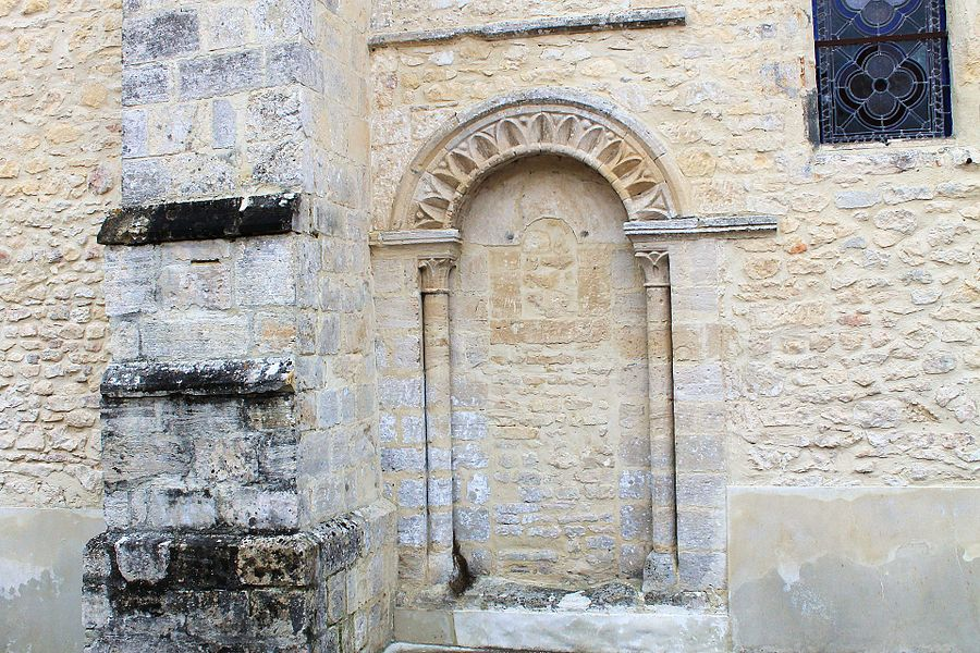 Porte aveugle permettant autrefois aux religieux de se rendre au prieuré, façade sud de l'église Saint Vigor à Coulombs (Calvados)