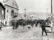 Толпа в очереди на почту в почтовом отделении Доусона, 1899 г.
