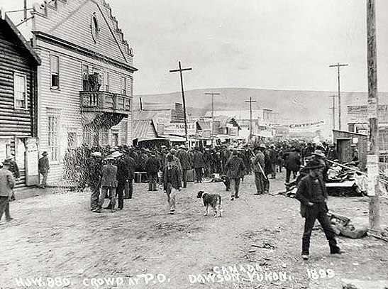 Crowd in line for mail at Dawson post office, 1899