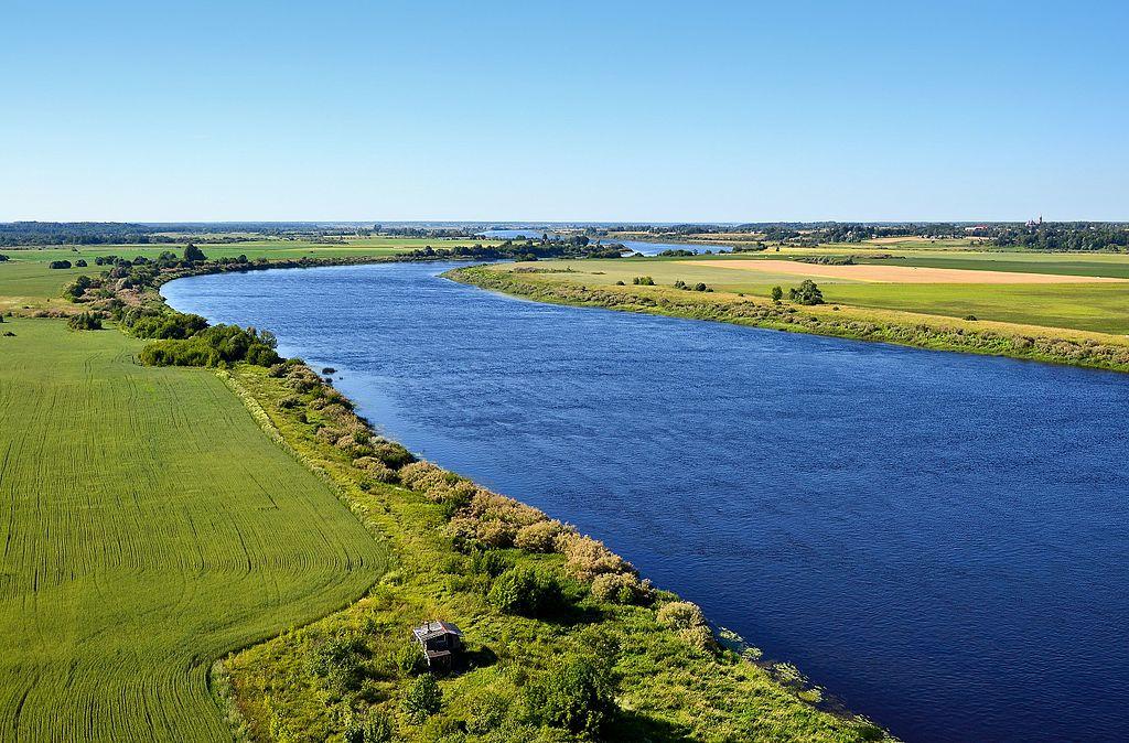 Paysage champêtre en Lettonie le long de la Daugava.