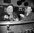 De twee mannen staan aan de bar, Bestanddeelnr 254-0008.jpg