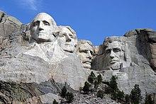 Photographie du mont Rushmore vue depuis la place d'observation.