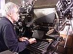 """Der Bildhauer Peter Marggraf setzt Bücher an der Zeilensetzmaschine """"Linotype"""" in Blei für den Buchdruck.jpg"""