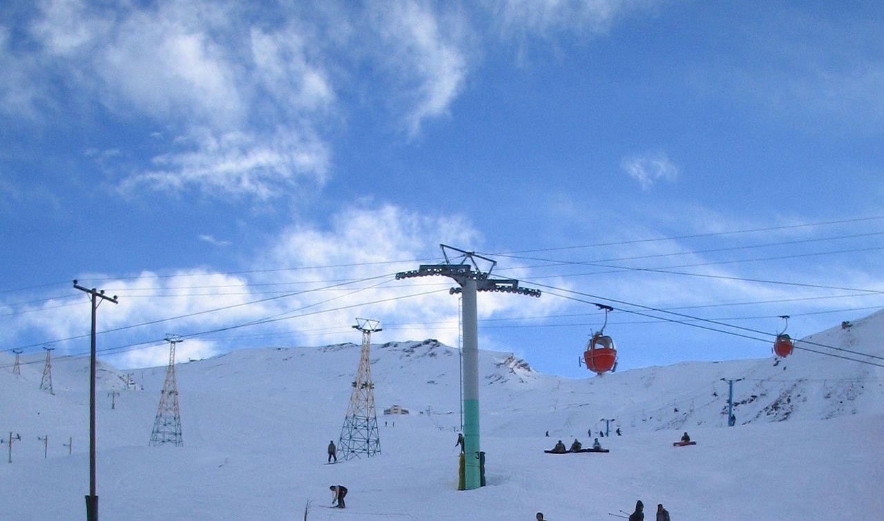 پیست اسکی دیزین اولین پیست اسکی در ایران است که از طرف فدراسیون جهانی اسکی مورد تأیید برای برگزاری مسابقات رسمی شناخته شد و عنوان بینالمللی به خود گرفت.