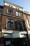 foto van Pand met hoge lijstgevel met attiekverdieping en balkonhekken